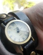 Zegarek na długim czarnym skórzanym pasku
