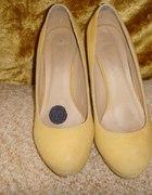 Żółte buciki na słupku
