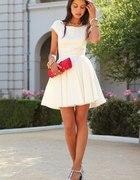 biała sukienka lub mała czarna jakakolwiek