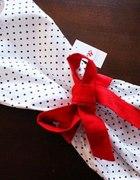 rozkloszowana sukienka w groszki pasek