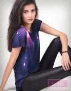 Bluzka galaxy i czarne legginsy imitujące skórę