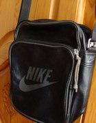 Czarna sportowa listonoszka Nike