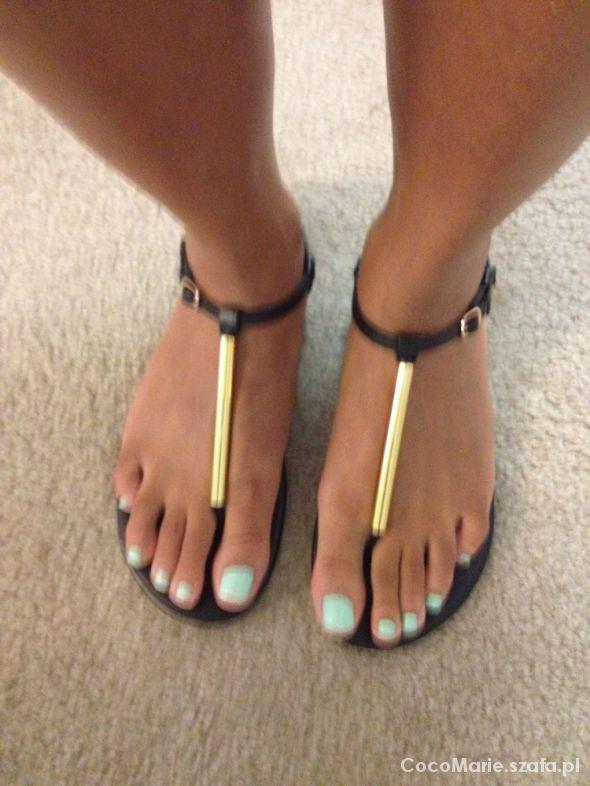 Sandałki japonki z paskiem ze złotą jakby rurką