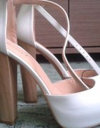 Białe buty na słupku bershka