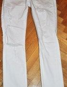 Białe spodnie z dziurami...