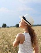 Asymetryczna sukienka i kapelusz