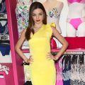 Miranda Kerr żółta sukienka i kobaltowe szpilki