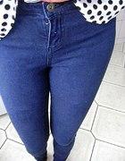 ciemne spodnie skiny
