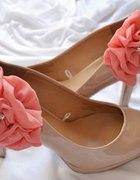różowe spinki do butów