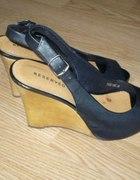 czrne buciki na drewniwnej koturnie