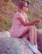 Różowa melanżowa sukienka i białe trampki