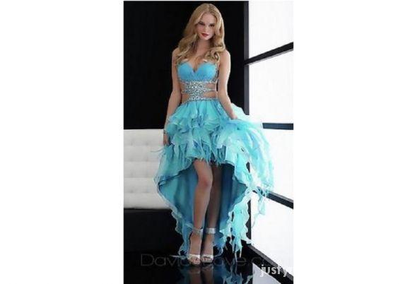 Niebieska suknia z długim tyłem...