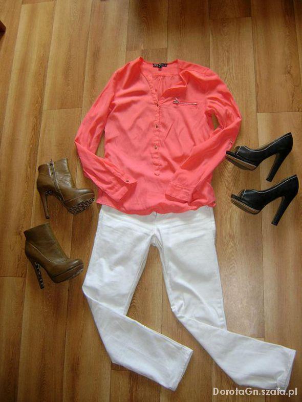 Do pracy białe spodnie w połączeniu z malinową luźną bluzką