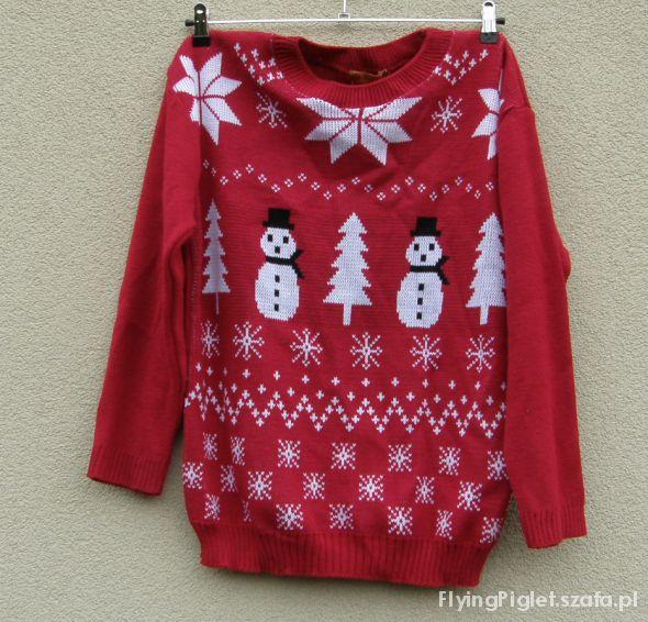 oversize czerwony sweter w bałwanki zimowe motywy