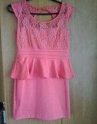 piękna łososiowa koronkowa sukienka