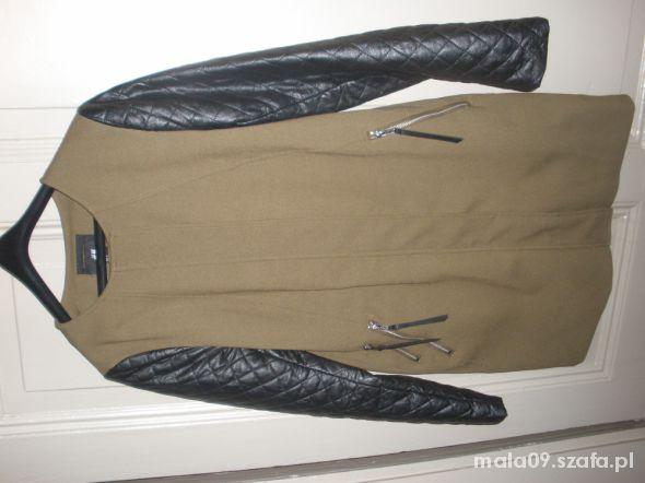 Jesienny płaszczyk HiM ze skórzanymi rękawami
