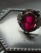 stary duży pierścień z rubinem