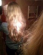 falowane włosy