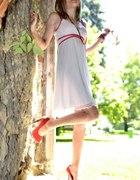 Biała sukienka z czerwonymi akcentami