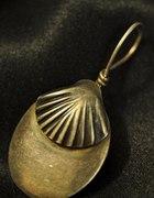srebrna zawieszka z muszelką