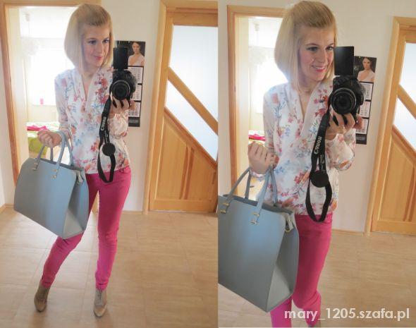 Do pracy koszula w kwiaty i różowe spodnie