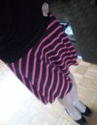 Różowo czarna spódnica w paski z rogami