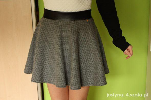 Spódnice szara pikowana spódniczka ze skórzanym paskiem