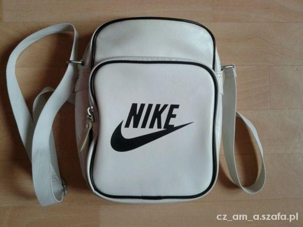 Torebka Nike poszukuje