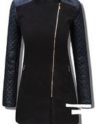 Czarny płaszcz z rękawami z eko skóry