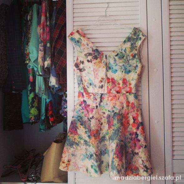 zakardowa sukienka kwiaty