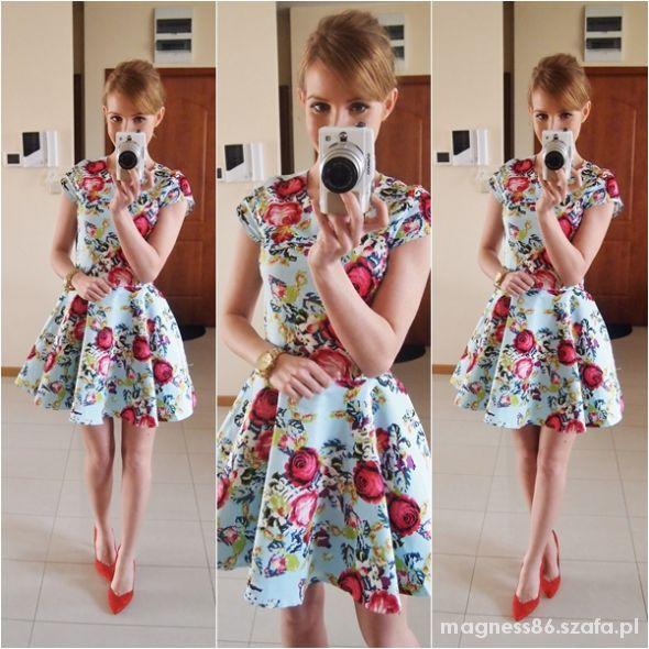 b29ecf2d57 SUKIENKA W KWIATY ROZKLOSZOWANA Z KOŁA BŁĘKIT w Suknie i sukienki ...