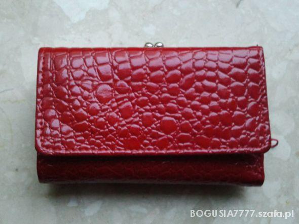 Świetny modny i elegancki czerwony portfel