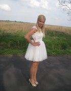 Sukienka koronkowa z gołymi plecami