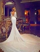 Biała suknia z długim ogonem