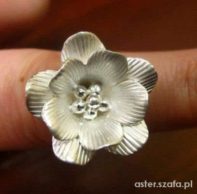 srebrny kwiat pierścionek
