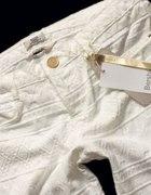 białe tłoczone azteckie rurki bershka