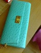 Miętowa kopertówka ze złotym łańcuszkiem