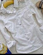 Biała koszula z koronkowymi ramionami Gina Tricot...