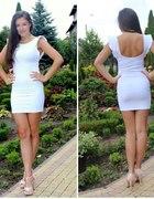 biała Bershka z odkrytymi plecami