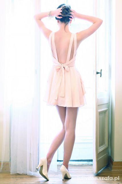 Sukienki z odkrytymi plecami...
