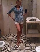 Jeansowa koszula i białe szorty