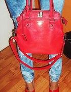 roztargane jeansy czerwone szpilki czerwona torba
