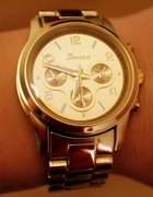 W złotym kolorze zegarek