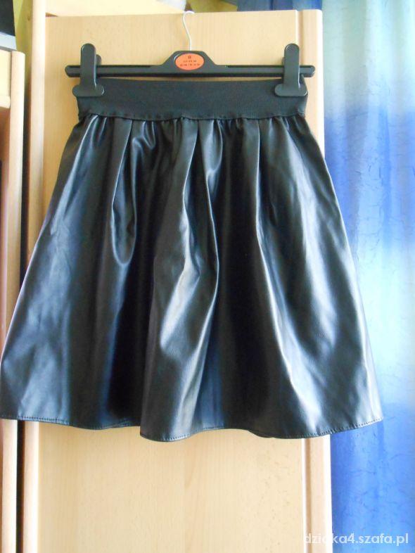 Skóropodobna czarna rozkloszowana spódniczka mini w Spódnice