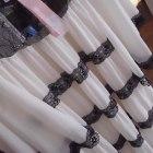Biała sukienka z dodatkami koronki lipsy