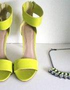 Buty i naszyjnik