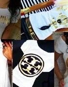 biały obcisły Tshirt złote logo nadruk...