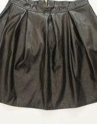 Modna rozkloszowana czarna spódniczka zip złoty