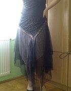 Czarna balowa suknia z falbanami...