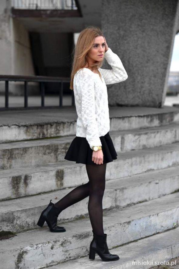 sztywny biały sweter...